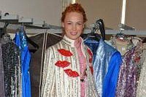 Zeki Müren'in kostümleri yenilendi.16358