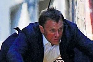 James Bond'un setinde kav gövdeyi götürüyor.12596