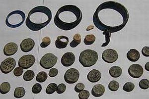 Kilise'de bir sandık tarihi para buldular.17067