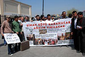 Kadıköy'de toplanan köylüler, ağalarını protesto etti.20256