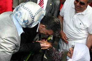 Gül, 97 yaşındaki kadının elini öptü.16043