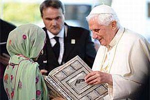 ABD'de g�ndem Papa'ya Kuran hediye eden k�z.16482