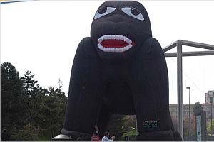 Meclis'in önündeki dev goril!.9843