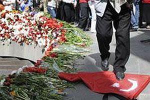 Sözde soykırım protestosunda bayrağımıza saldırdılar.20443