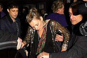 Kate Moss ayakta duramıyor.17292