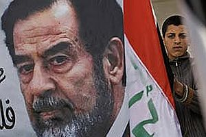 Saddam'ın cesedine işkence.15910