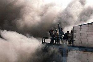 Otel inşaatında çıkan yangında işçiler mahsur kaldı.9613