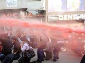 1 Mayıs göstericileri polis minibüsüne taş yağdırdı.7196
