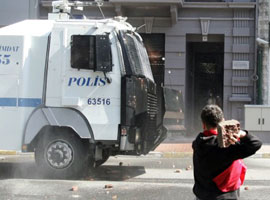 Göstericiler kaldırım taşlarını söktü!.15738