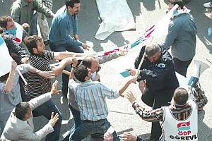 Bir grup ÖDP'li aralarına aldıkları polisi böyle dövdü!.22473