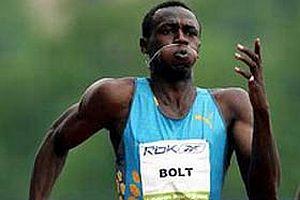 Jamaikalı Usain Bolt 100 metrede lider.11399