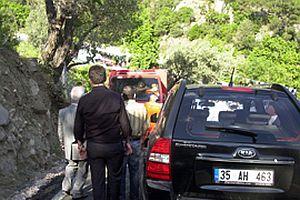 Yolun ortasına parkedilen araç ambulansı bekletti.22484