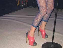 İlginç kıyafetiyle Hande Yener şaşırttı.5847