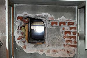 Kaçaklar duvarı delerek kayıplara karıştı.15145