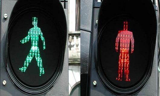 Trafik levhalarında yürüyen kadın resimleri.27146