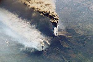 Etna yanardağı lav püskürdü.12582