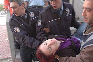 İntihar etmek isteyen geç kızı polis kurtardı.28431