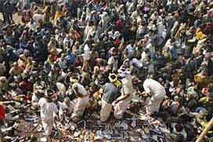 Keşmir'de sokağa çıkma yasağı.25871
