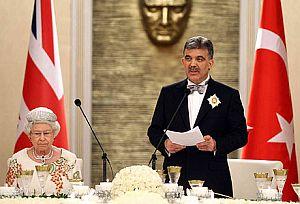 Kraliçe, Cumhurbaşkanı onuruna yemek verdi.18345