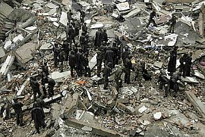 Depremin �zerinden 4 g�n ge�ti, �mitler t�keniyor.32078