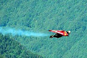Kanatlı motorlarla uçtu.18379