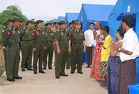Myanmar'da cunta lideri felaket bölgesinde.17360