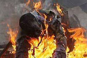 Irkçı zenciler 13 kişiyi yaktılar.15490
