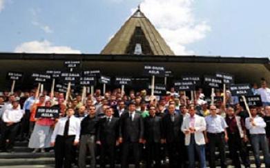 AKP'li gençler Menderes'in mezarını ziyaret etti.18857