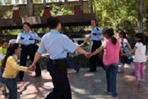 Polis çocukarın gönlünü kazanıyor.13679