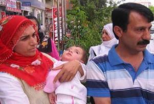 Anne ve babanın hastane önünde eylemi.16467