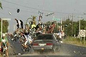 Alkollü sürücü bisiklet yarışına daldı.14961