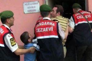 Adliye çıkışı babasını öpmek isteyen çocuk engellendi.12309