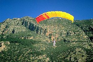 Rüzgarda paraşütü kapanan turist öldü.24535