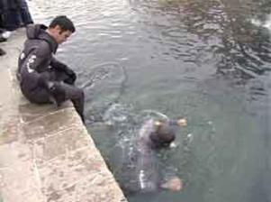 Gölete giren baba kurtatıldı, oğul kayıp.12178