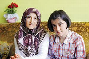 Engelli kızını ÖSS'ye götüren başörtülü anneye şok.16567