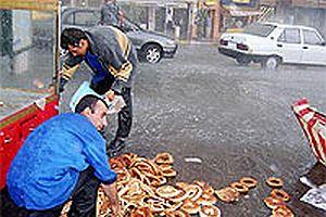İstanbul sıcaktan yanarken Taksim'de yağmur yağdı.22292