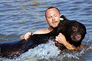 Denizde boğulan ayıyı kurtardı.17117