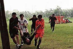 Sahaya yıldırım düştü, 3 futbolcu can verdi.16731