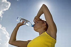 Yazın, sağlık için günde 1.5 litre su için.10646