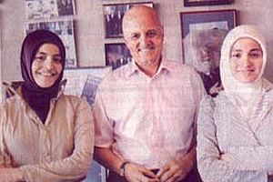 M. Ali Birand türbanlı ikizlerin sorularını yanıtladı.15910