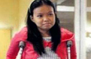 Ters ayaklı Filipinli kız yürüdü.8703