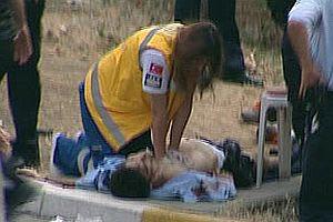 Sağlık görevlisinin yaralı polisi kurtarma çabaları FOTO.15695