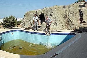 Tarihi mezarların üzerine yapıyan 2 havuz yıkıldı.20911