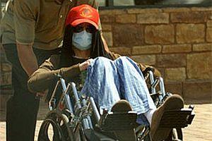 Michael Jackson tekerlekli sandalyede.16844
