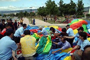 Şişme oyun grubu üzerindeki çocuklarla yola uçtu.23091