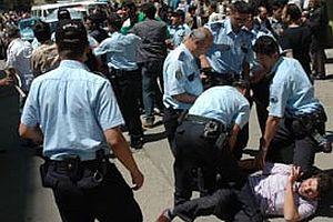 Sarhoşlar görev başındaki gazetecilere saldırdı.20283