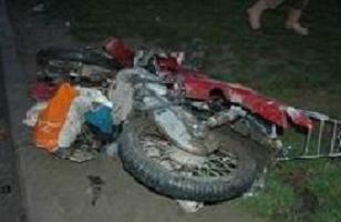 Motosikletiyle elektrik direğine çarpıp öldü.10469