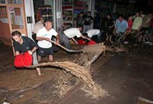 Ana boru patladı mahalleyi su bastı.16943