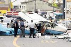 Caddenin ortasına uçak düştü.13999