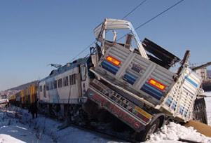 Yük treni kamyonete çarptı: 2 ölü.12861